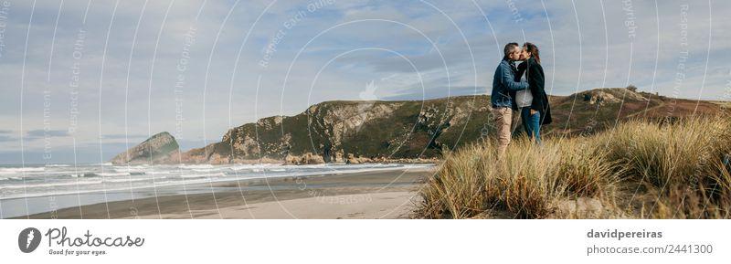 Ein Paar küsst sich am Strand. Lifestyle ruhig Meer Wellen Winter Frau Erwachsene Mann Eltern Familie & Verwandtschaft Natur Landschaft Sand Herbst Küste Küssen