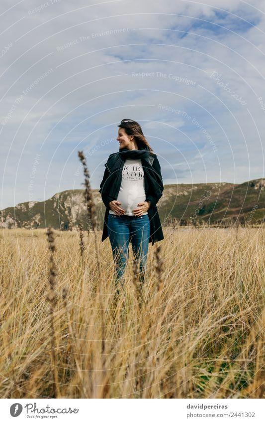 Schwangere Frau, die ihren Bauch streichelt. Lifestyle Freude Glück schön Freizeit & Hobby Mensch Baby Erwachsene Mutter Familie & Verwandtschaft Natur