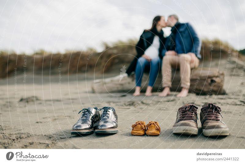 Familienschuhe im Sand mit Paarküssen Leben Strand Winter Mensch Baby Frau Erwachsene Mann Eltern Mutter Vater Familie & Verwandtschaft Fuß Herbst Küste Schuhe