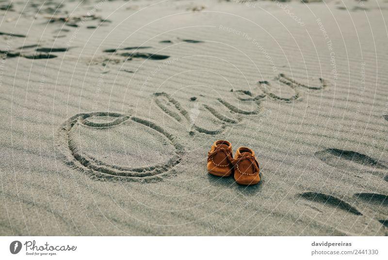 Babyname in Sand geschrieben mit Schuhen Design schön Ferien & Urlaub & Reisen Tourismus Strand Junge Mann Erwachsene Natur Küste schreiben natürlich braun Name