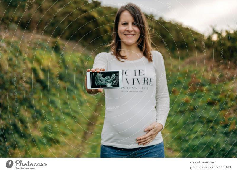 Frau Mensch schön Landschaft Hand Erwachsene Lifestyle Wiese Glück Lächeln Fröhlichkeit authentisch Zukunft Baby Fotografie Mutter