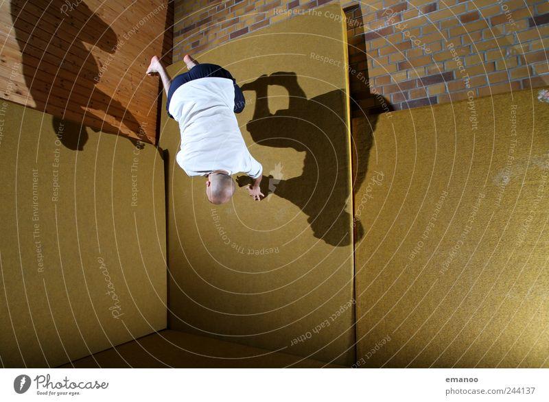 wallspin Lifestyle Stil Freude Freizeit & Hobby Sport Fitness Sport-Training Sportler Mensch maskulin 1 T-Shirt Glatze Bewegung drehen fliegen springen