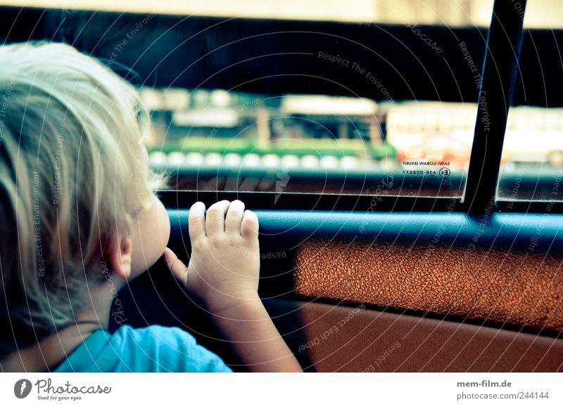 Draußen ist Bangkok Kind Ferien & Urlaub & Reisen Hand Erde Autofenster Reisefotografie beobachten Neugier entdecken Mensch Planet Rücksitz