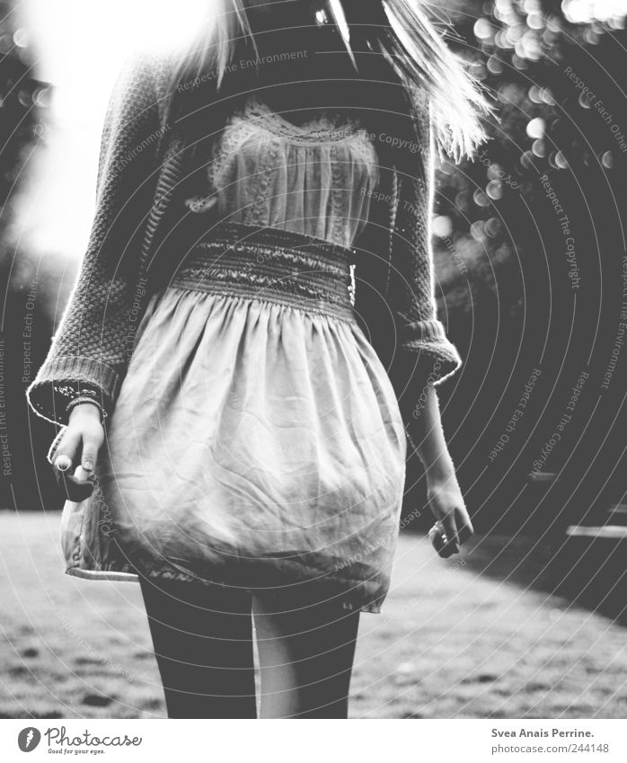 <3 Mensch Frau Jugendliche Erwachsene feminin Bewegung Beine träumen Mode Park Tanzen natürlich außergewöhnlich einzigartig 18-30 Jahre Kleid