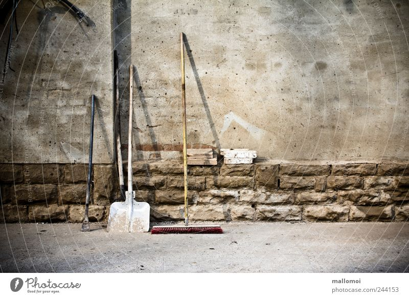 Wie, du hast Rücken? Arbeit & Erwerbstätigkeit Gartenarbeit Baustelle Ruhestand Feierabend Werkzeug Besen Schaufel braun grau Tatkraft standhaft Ordnungsliebe