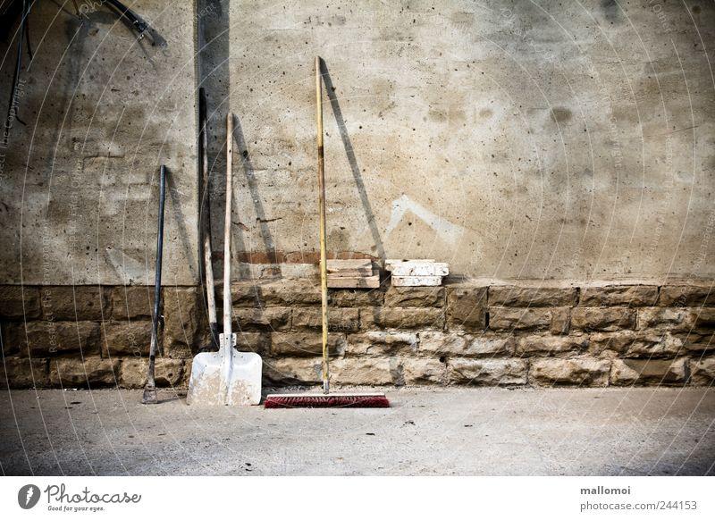 Wie, du hast Rücken? Arbeit & Erwerbstätigkeit Wand grau Mauer braun Baustelle Sauberkeit Ruhestand Werkzeug bequem Gartenarbeit anlehnen Schaufel Besen standhaft Tatkraft