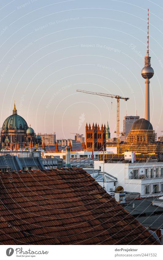 Berlin Panorama mit Blick auf Museumsinsel Zentralperspektive Starke Tiefenschärfe Sonnenstrahlen Sonnenlicht Schatten Licht Morgen Textfreiraum Mitte