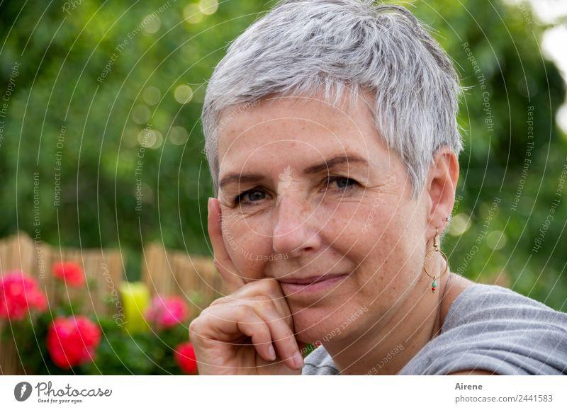Schaun wir mal, dann sehn wir schon... | UT Dresden Frau Mensch grün Hand rot ruhig Erwachsene feminin Garten Kopf grau 45-60 Jahre Gelassenheit Vorsicht klug