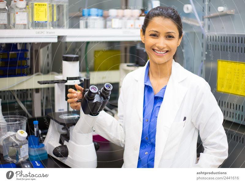 Laborforscher Medikament Wissenschaften Studium Prüfung & Examen Arzt Frau Erwachsene Mikroskop Gefühle Freude Fröhlichkeit Zufriedenheit kolumbianisch
