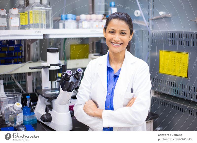 Laborwissenschaftler Medikament Wissenschaften Studium Prüfung & Examen Arzt Frau Erwachsene 1 Mensch 18-30 Jahre Jugendliche Mikroskop Freude Fröhlichkeit
