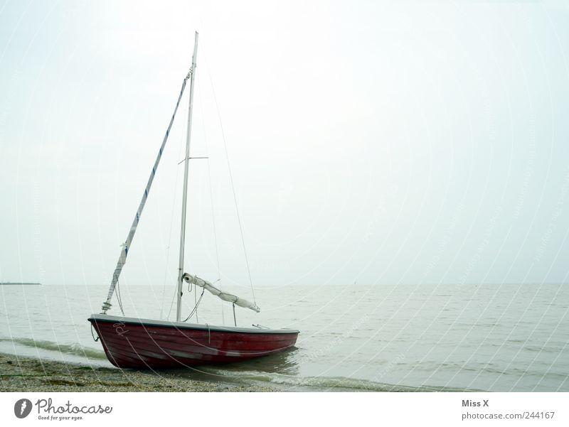 verlassen Ausflug Strand Meer Wellen Wasser schlechtes Wetter Nebel Regen See Schifffahrt Segelboot dunkel Stimmung Einsamkeit Endzeitstimmung Neusiedler See