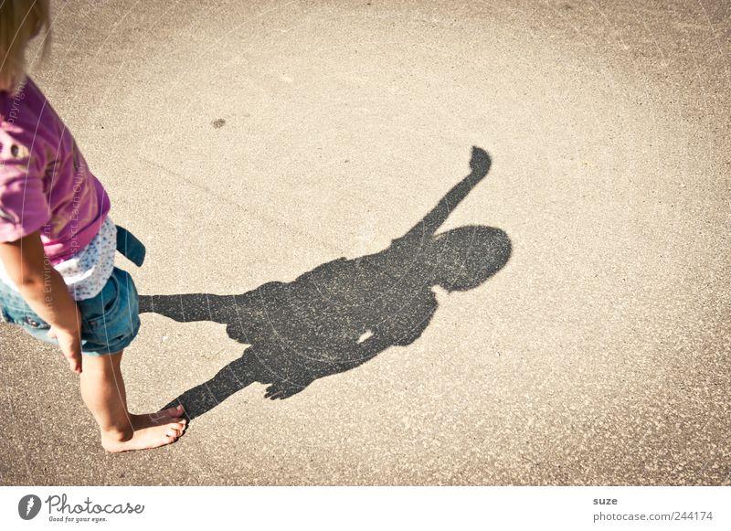 du! Freude Freizeit & Hobby Spielen Kinderspiel Sommer Mensch Kleinkind Mädchen Kindheit Arme 1 3-8 Jahre Platz Straße klein lustig Schattenspiel Barfuß