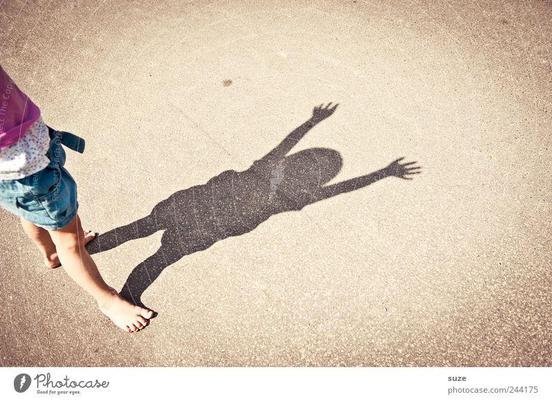 bist Freude Freizeit & Hobby Spielen Kinderspiel Sommer Mensch Kleinkind Mädchen Kindheit Hand Finger 1 3-8 Jahre Platz Straße klein lustig Schattenspiel Barfuß