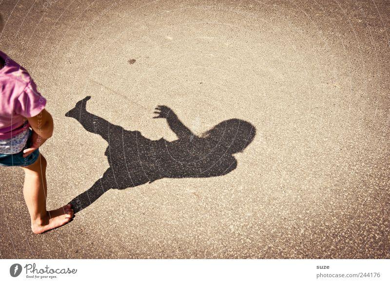 raus Freude Freizeit & Hobby Spielen Kinderspiel Sommer Mensch Kleinkind Mädchen Kindheit Beine 1 3-8 Jahre Platz Straße klein lustig Schattenspiel Barfuß