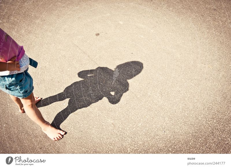 muh Freude Freizeit & Hobby Spielen Kinderspiel Sommer Mensch Kleinkind Mädchen Kindheit 1 3-8 Jahre Platz Straße klein lustig Barfuß Schattenspiel Farbfoto
