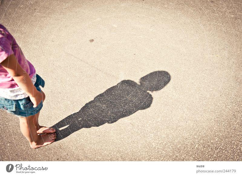 Ene Mensch Kind Mädchen Sommer Freude Straße Spielen klein lustig Kindheit Freizeit & Hobby Platz Kleinkind Barfuß Kinderspiel