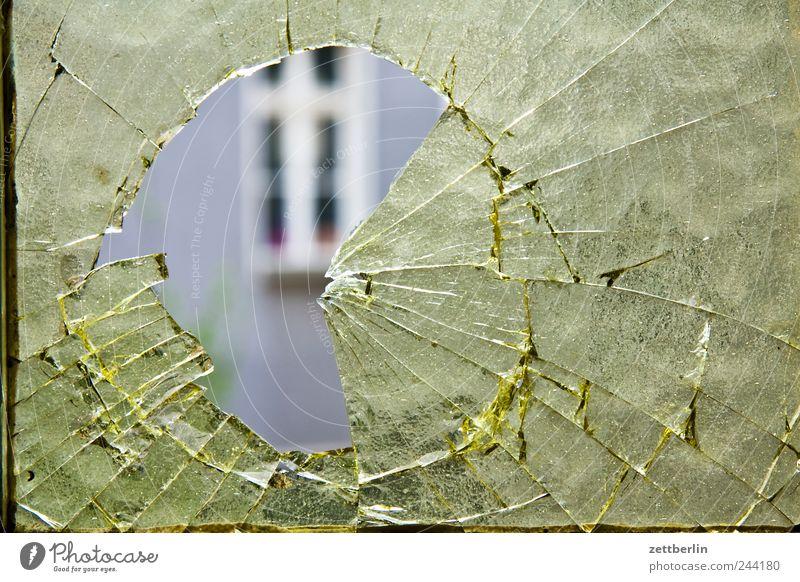 Loch Stadtzentrum Haus Bauwerk Gebäude Architektur Mauer Wand Fassade Fenster Glas werfen kaputt Wut Ärger Feindseligkeit Rache Aggression Gewalt Scheibe