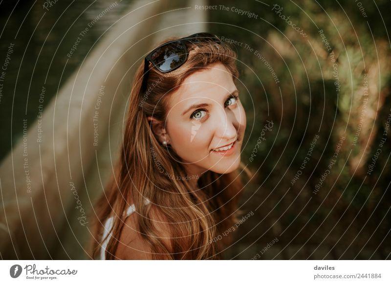 Schönes blondes Mädchenporträt. Lifestyle elegant Stil schön Gesicht Mensch feminin Junger Mann Jugendliche Frau Erwachsene Auge 1 18-30 Jahre Sonnenbrille