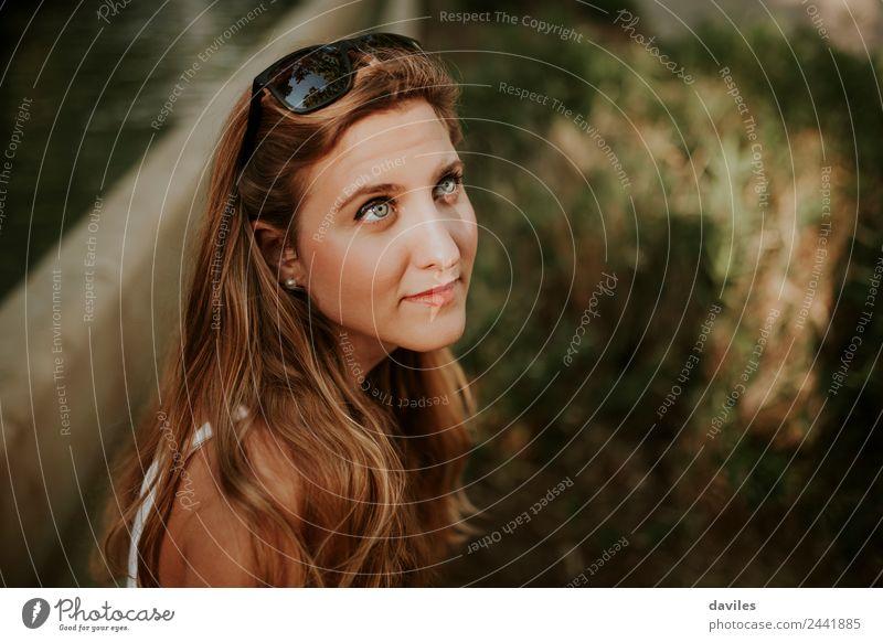 Schönes blondes Mädchen aus der Nähe Porträt Reichtum schön Gesicht Mensch Junge Frau Jugendliche Erwachsene 1 18-30 Jahre Sonnenbrille langhaarig Blick