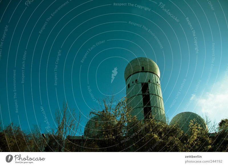 Männliches Gebäude Natur Umwelt Architektur Gefühle Berlin Wetter Klima Schönes Wetter Turm Bauwerk Wolkenloser Himmel Klimawandel Stadtrand spionieren