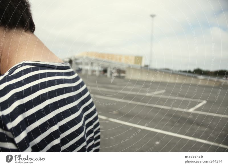Landgang Mensch Mann Erwachsene warten Schilder & Markierungen maskulin ästhetisch Lifestyle Bekleidung trist T-Shirt Zeichen trashig Parkplatz Seemann