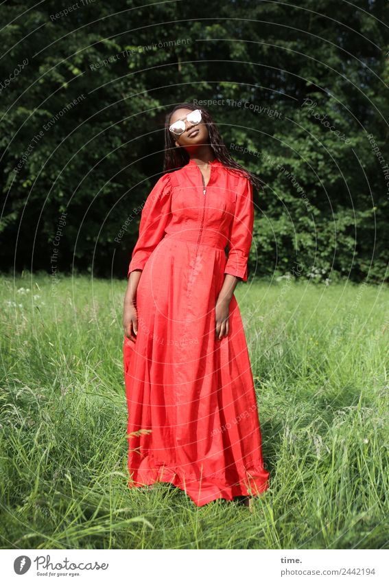 Romancia Frau Mensch schön rot Erholung Wald Erwachsene Leben Frühling Wiese feminin Zeit Zufriedenheit Park ästhetisch stehen
