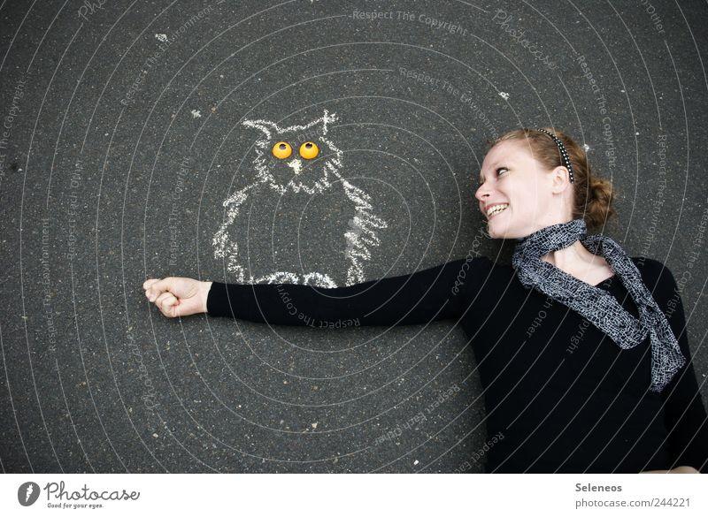 ich krieg nicht genug von Kreide Mensch Frau Tier Erwachsene Straße Umwelt Spielen Kopf Freizeit & Hobby Wildtier Beton Fröhlichkeit stoppen Zeichen zeichnen