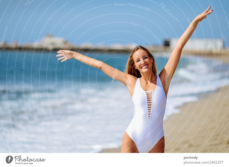 Junge blonde Frau an einem tropischen Strand mit offenen Armen schön Ferien & Urlaub & Reisen Tourismus Sommer Meer Mensch feminin Junge Frau Jugendliche