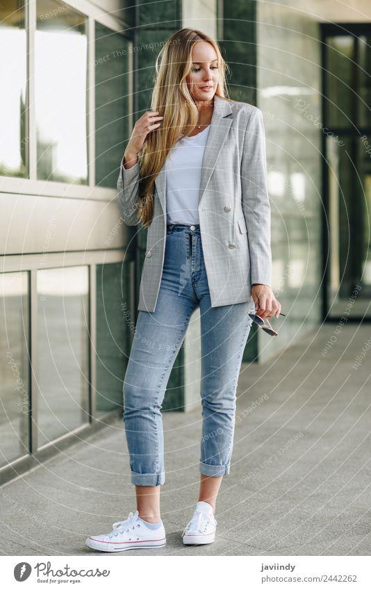 Schöne junge kaukasische Frau im urbanen Hintergrund. Lifestyle Stil schön Haare & Frisuren Mensch feminin Junge Frau Jugendliche Erwachsene 1 18-30 Jahre