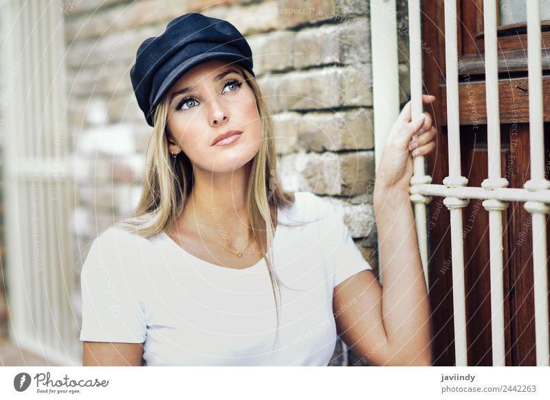 Junge blonde Frau, die in der Nähe einer Ziegelmauer steht. Lifestyle Stil schön Haare & Frisuren Sommer Mensch feminin Junge Frau Jugendliche Erwachsene 1