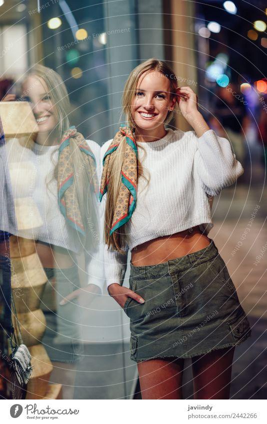 Blondes Mädchen mit weißem Pullover, das im Freien lächelt. Lifestyle kaufen Stil Glück schön Haare & Frisuren Winter Mensch feminin Junge Frau Jugendliche