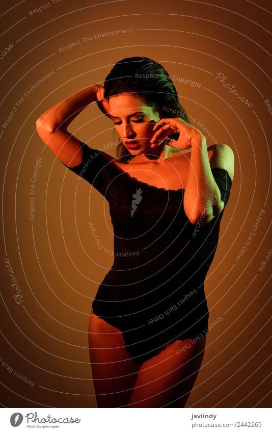 Junge Frau in schwarzen Dessous mit roter und grüner Beleuchtung elegant Stil schön Körper Haut Gesicht Schminke feminin Jugendliche Erwachsene 1 Mensch