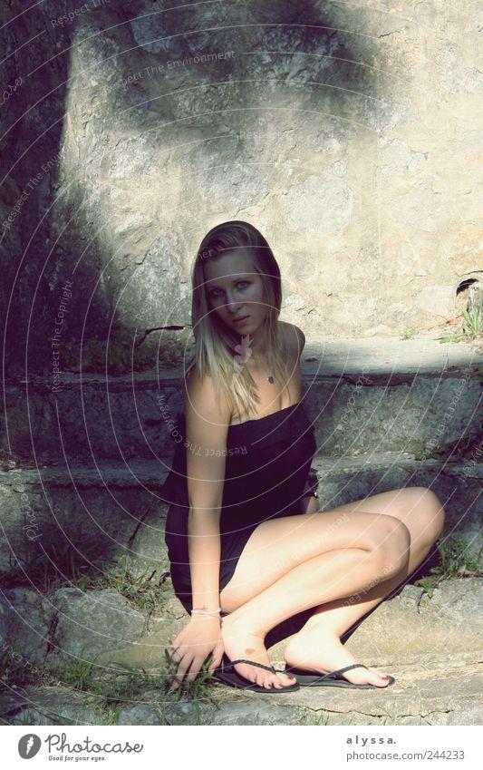 träumende Kämpferin Mensch feminin Junge Frau Jugendliche 1 18-30 Jahre Erwachsene Sommer Gras Mauer Wand Treppe Jumpsuit Flipflops blond langhaarig grau