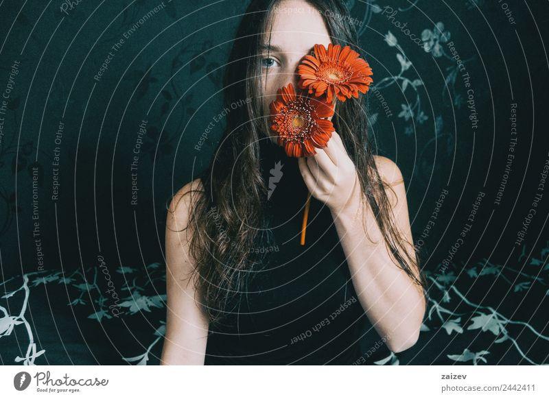 Frau Mensch Natur Jugendliche Junge Frau Pflanze Farbe schön Blume rot Erholung Einsamkeit ruhig dunkel 18-30 Jahre schwarz
