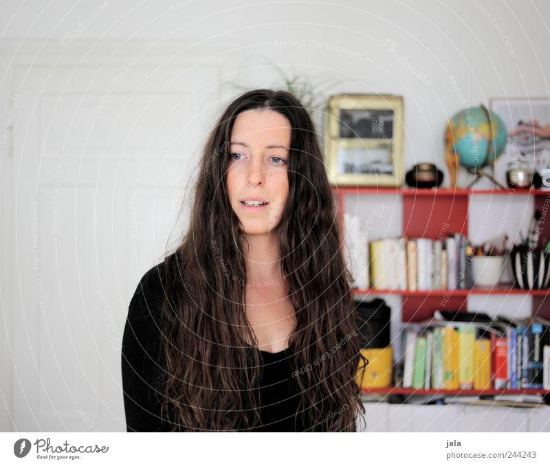 zuhause Frau Mensch schön Gesicht feminin Haare & Frisuren Erwachsene Raum Wohnung stehen Häusliches Leben Dekoration & Verzierung Möbel brünett Wohnzimmer Regal