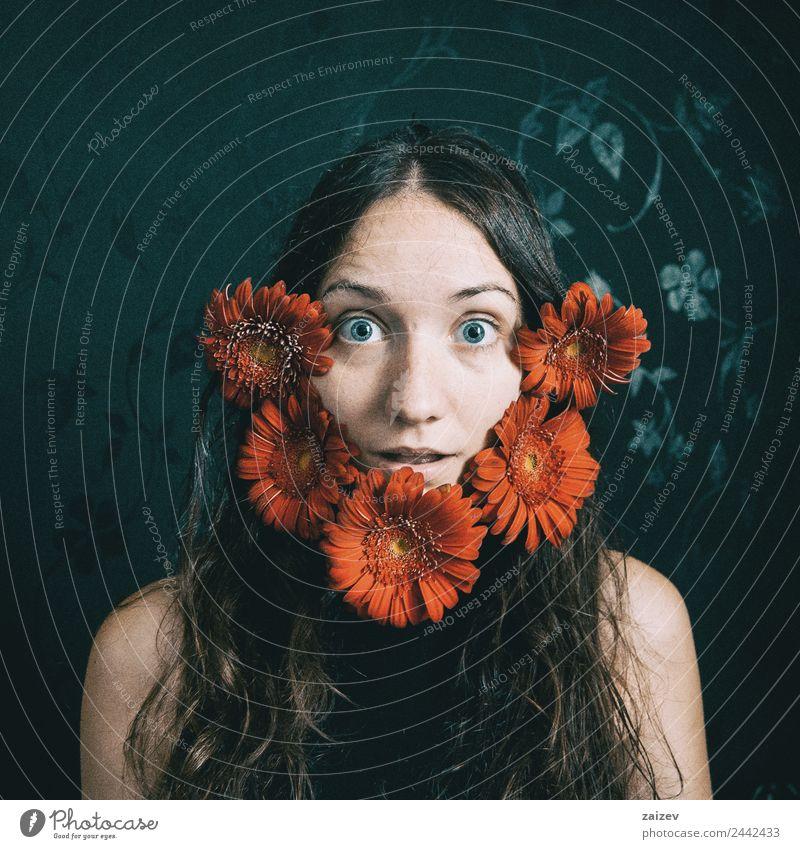 ein Mädchen mit blauen Augen und langen Haaren mit einem Bart aus Gerbera-Blüten Lifestyle Glück schön Gesicht Erholung Mensch feminin Junge Frau Jugendliche
