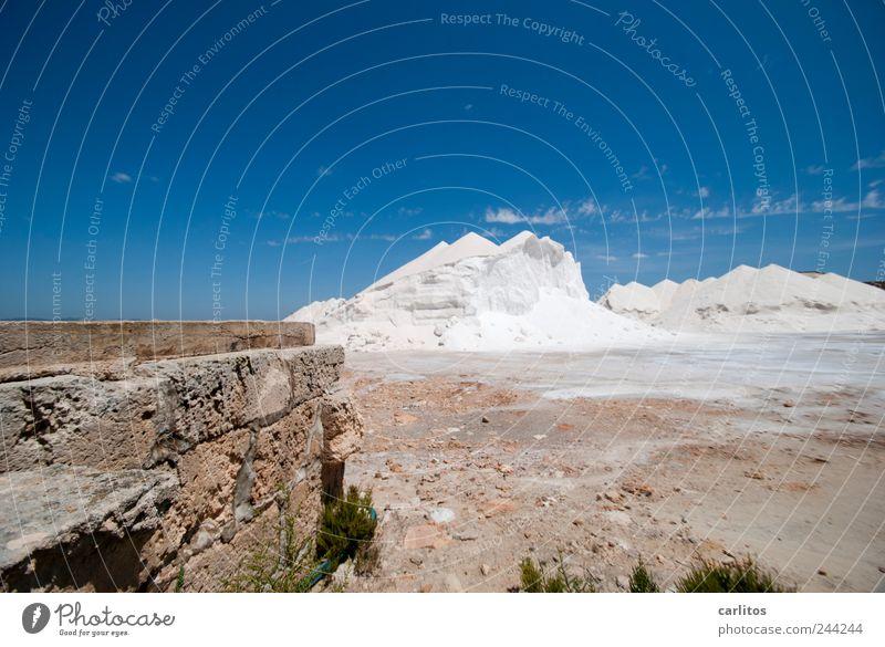 Schnee bei 30° Wolkenloser Himmel heiß Sommer Schönes Wetter Wärme liegen weiß blau Haufen Berge u. Gebirge Salz Saline Depot trocknen blenden mediterran Mauer