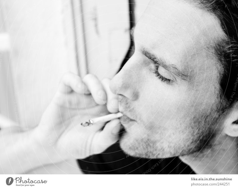 die zigarette danach.. Mensch Jugendliche Hand ruhig Erwachsene Erholung Gesicht Auge Leben Haare & Frisuren Kopf Junger Mann Zufriedenheit 18-30 Jahre maskulin