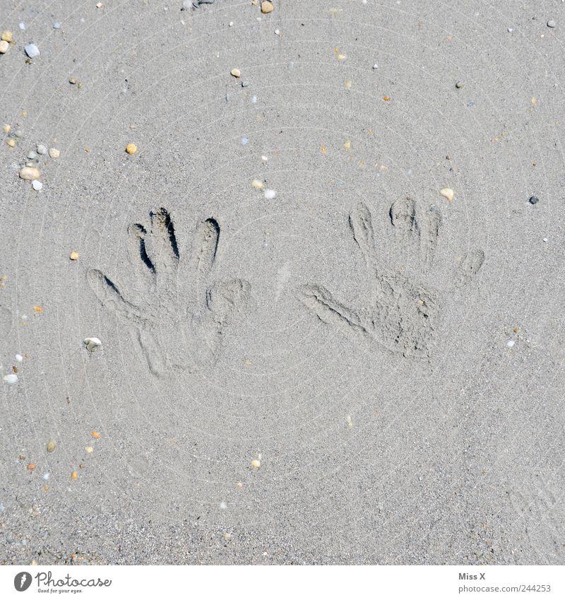 Walk of fame Hand Ferien & Urlaub & Reisen Strand Sand Stein braun Finger Kleinkind Muschel Sommerurlaub Abdruck Sandstrand Fingerabdruck