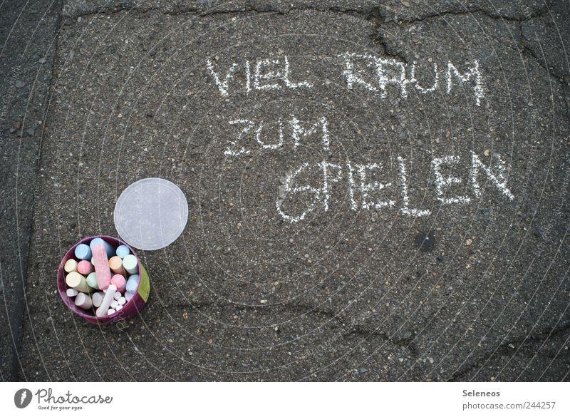 Viel Raum zum Spielen alt Sommer Straße Spielen Freizeit & Hobby Beton Schriftzeichen kaputt Hinweisschild Asphalt Zeichen zeichnen Kreide Riss Straßenkunst Blumentopf