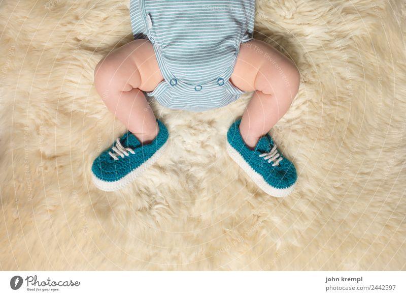 Auf großem Fuß Mensch maskulin Baby Beine 1 0-12 Monate strampler Schuhe Hausschuhe Schaffell liegen schlafen Gesundheit Glück positiv grün türkis Lebensfreude