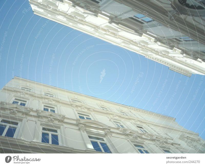 Luftbrücke blau weiß Fenster Architektur Gebäude hell elegant Hochhaus Häusliches Leben Baustelle Kultur Bauwerk Skyline Reichtum Nostalgie