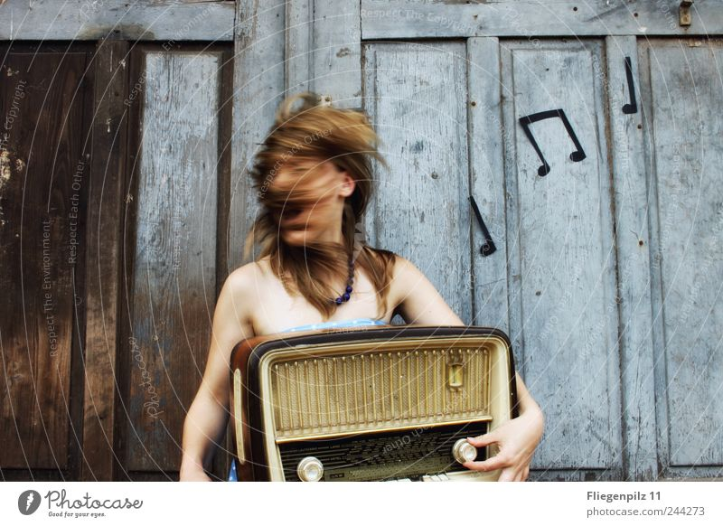 Lauter! Stil Freude Lautsprecher Radiogerät feminin Junge Frau Jugendliche Kopf Haare & Frisuren 1 Mensch Musik Musik hören Tor Tür blond langhaarig genießen