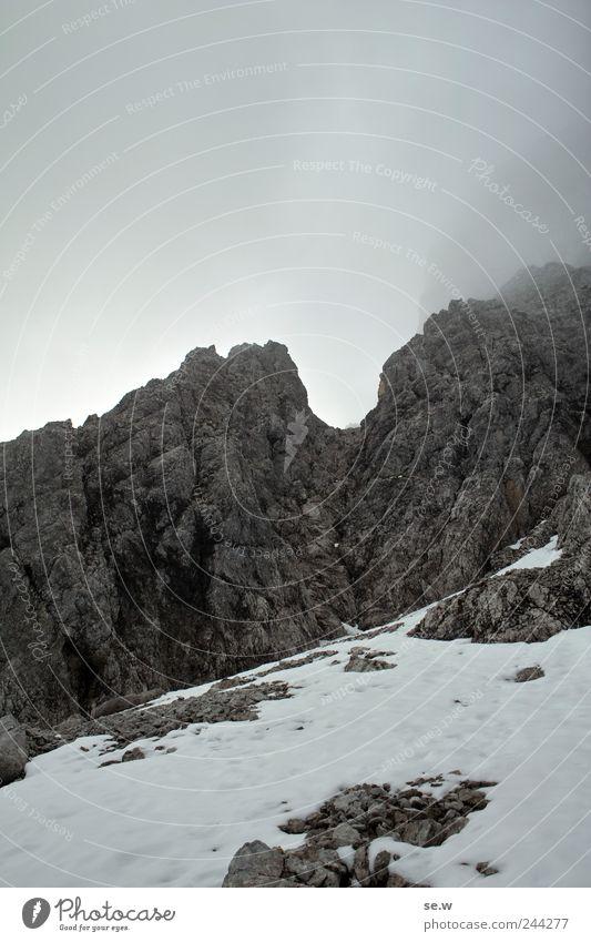 Mordor Urelemente Wolken Winter schlechtes Wetter Nebel Schnee Felsen Alpen Berge u. Gebirge Karwendelgebirge Kalkalpen Schneefeld wandern dunkel eckig kalt