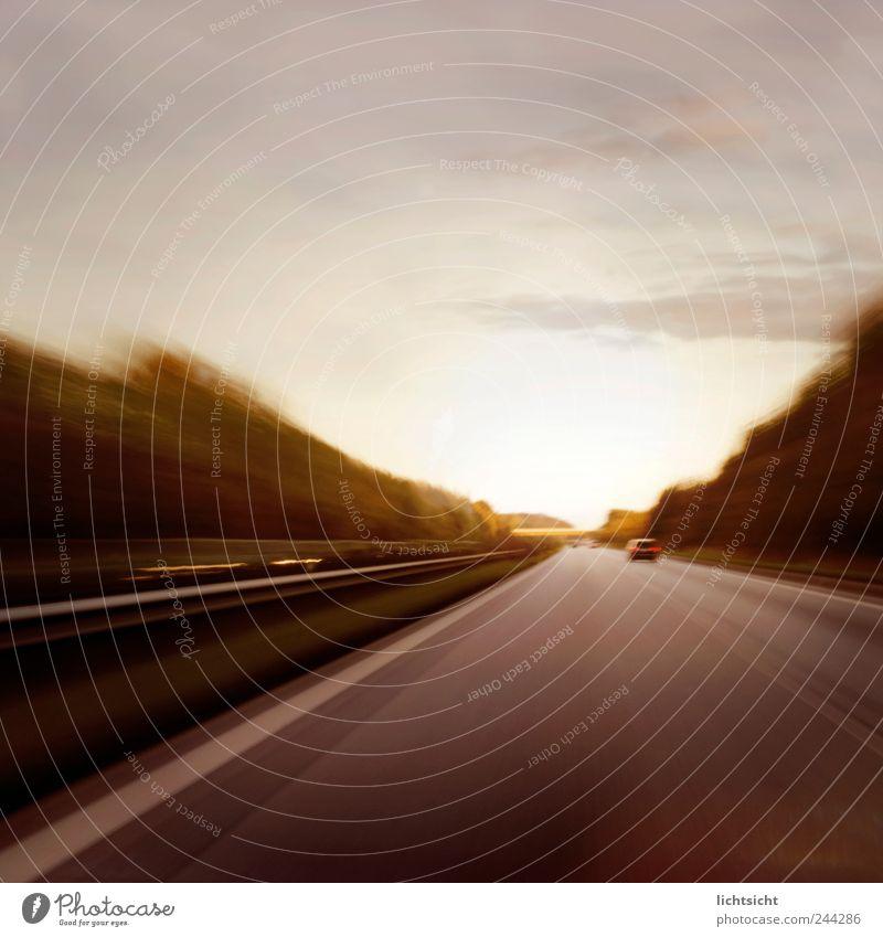 Driver Himmel Horizont Verkehr Verkehrswege Straßenverkehr Autofahren Autobahn Geschwindigkeit Bewegung Risiko Ziel Leitplanke Streifen