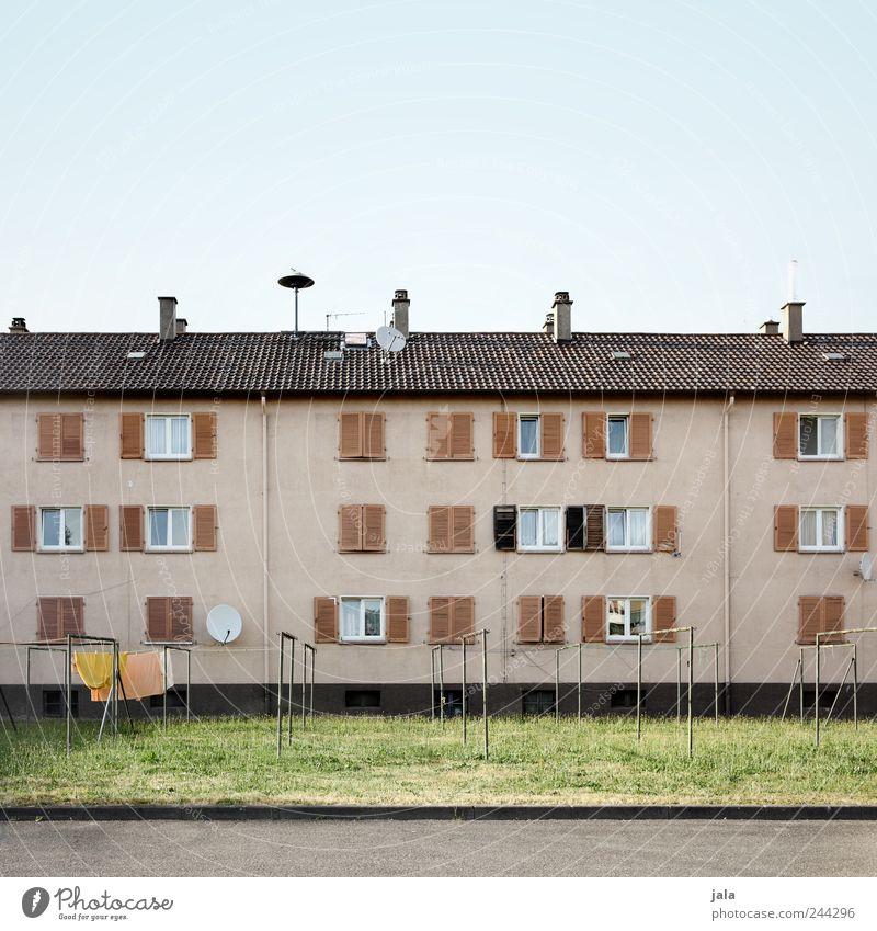 wohnblock Himmel Stadt Haus Wiese Wand Fenster Gras Mauer Gebäude Fassade Platz trist Dach Bauwerk Schornstein Antenne