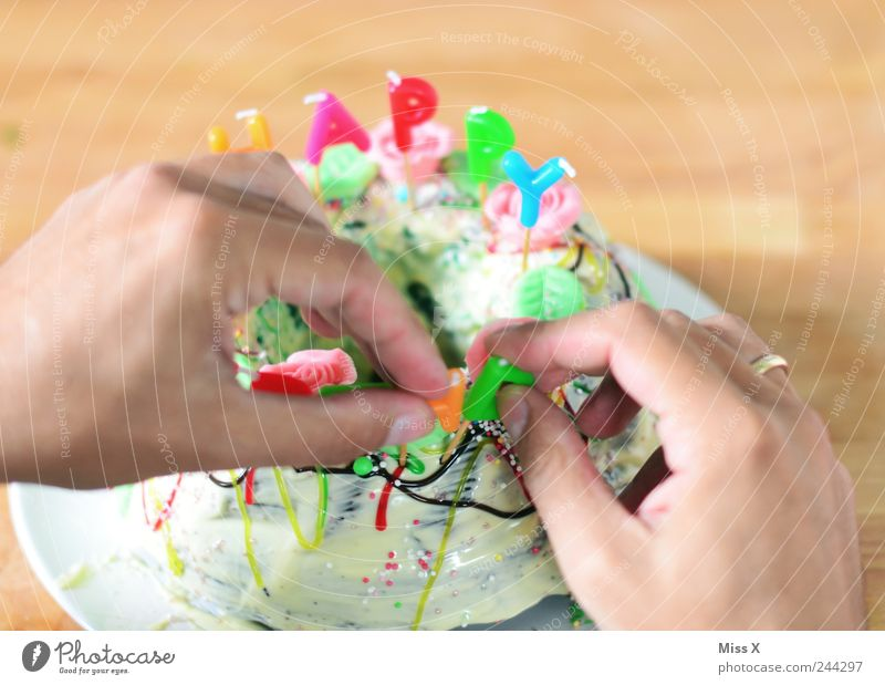 Vorbereitung Hand Ernährung Feste & Feiern Lebensmittel Geburtstag Finger süß Kerze Dekoration & Verzierung lecker Kuchen Süßwaren Schokolade Backwaren