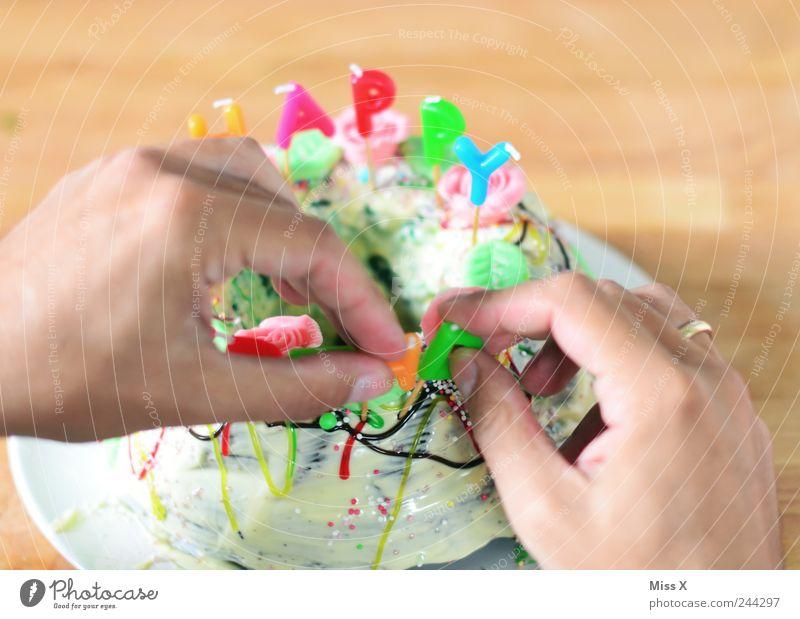 Vorbereitung Hand Ernährung Feste & Feiern Lebensmittel Geburtstag Finger süß Kerze Dekoration & Verzierung lecker Kuchen Süßwaren Schokolade Backwaren verschönern Teigwaren