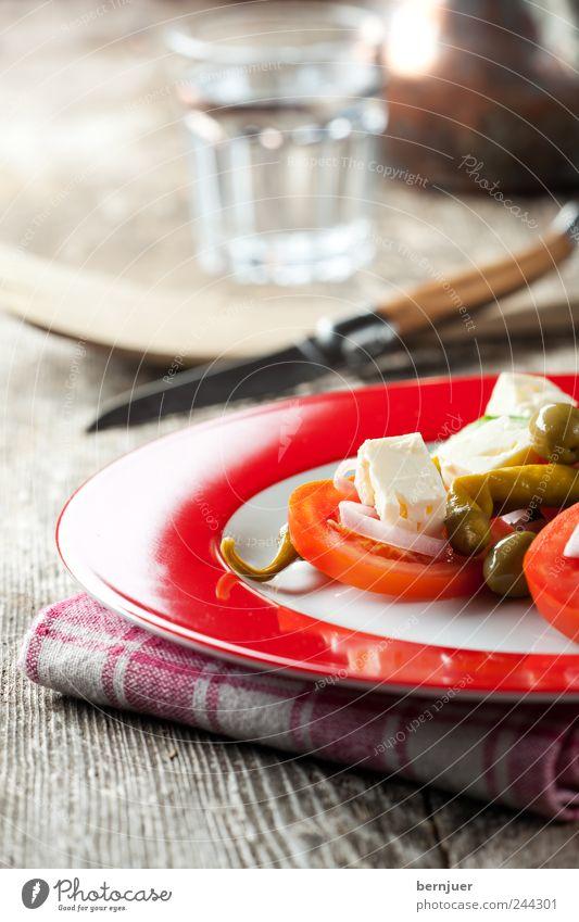 Kuhmilchschafskäse Wasser Holz Glas Lebensmittel Lifestyle authentisch Teller Holzbrett Abendessen Tomate Diät Bioprodukte Schneidebrett Salatbeilage Messer Salat