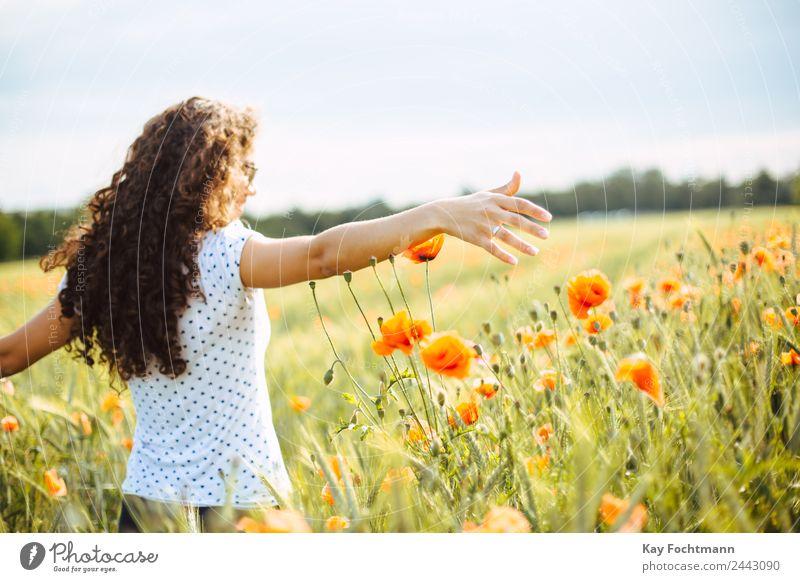 Junge hübsche Frau läuft durch Mohnblumenfeld Freude Glück Wellness Leben Ferien & Urlaub & Reisen Ausflug Freiheit Sommer Sommerurlaub feminin Junge Frau